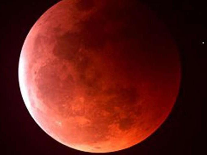 Vào đêm qua (27/9), hiện tượng 'siêu trăng' và hiện tượng nguyệt thực toàn phần (trăng máu) cùng xảy ra. Đây là lần đầu tiên hai hiện tượng này cùng xuất hiện trong 30 năm qua