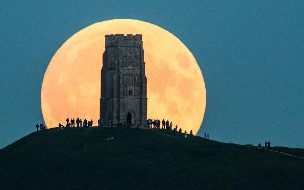 Hiện tượng này kéo dài khoảng 1 tiếng 11 phút. Mọi người ngắm 'siêu trăng' từ trên một đỉnh đồi ở Glastonbury Tor, Anh
