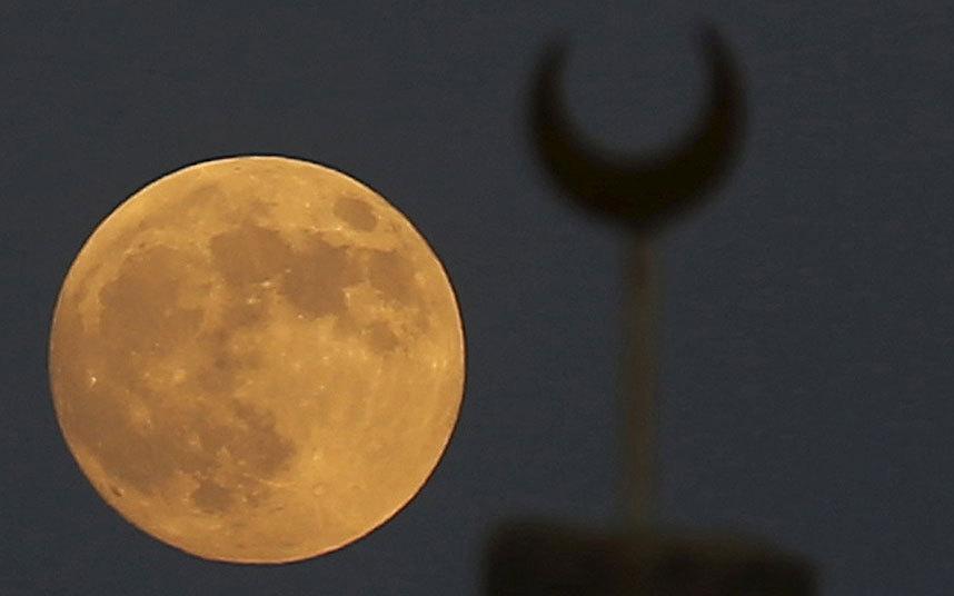 Hiện tượng 'siêu trăng' cuối cùng của năm nay được ghi lại tại vùng ngoại ô Cairo, Ai Cập