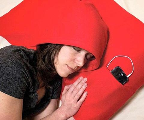 Bên cạnh chiếc gối là vị trí đặt điện thoại hay máy nghe nhạc MP3 để đồng bộ với chiếc gối
