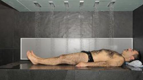 Vòi sen cho người lười. Nếu phòng tắm nhà bạn có chiếc vòi sen như thế này thì bạn chỉ việc nằm ngủ, phần còn lại sẽ do vòi sen giúp bạn sạch sẽ và thư thái nhất. Giá thành của thiết kế này lên đến 35.000 USD