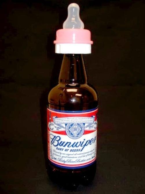 Chai bia được gắn núm vú cho dễ uống