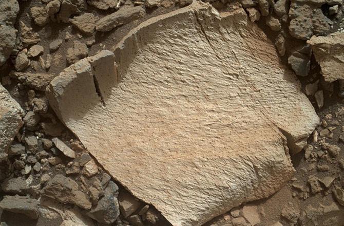 Hình ảnh phiến đá kỳ lạ trên bề mặt Sao Hỏa