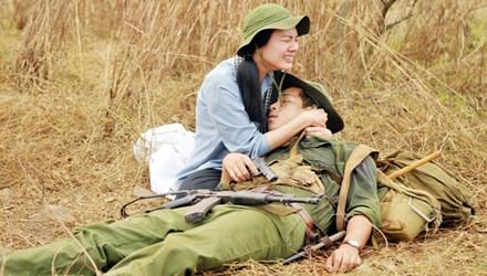 Mô típ nảy sinh tình cảm quen thuộc trong phim chiến tranh lặp lại ở 'Đường xuyên rừng'