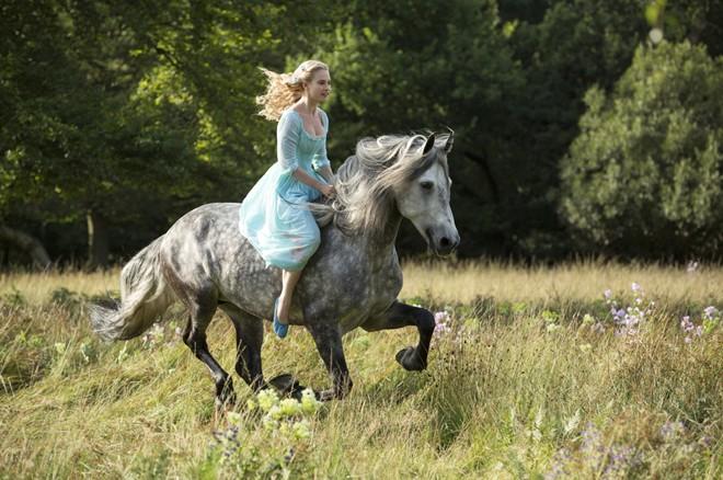 Nối tiếp thành công của phim bom tấn Maleficent, hãng Disney tiếp tục cho ra mắt một câu chuyện cổ tích ấn tượng