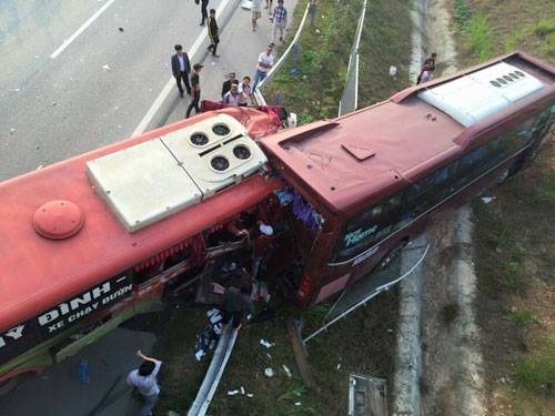Hiện trường vụ tai nạn giao thông đặc biệt nghiêm trọng trên cao tốc Nội Bài – Lào Cai chiều 21/12