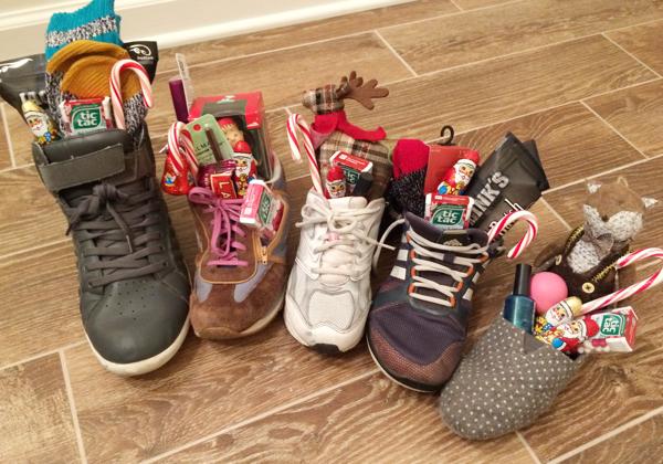 Thay vì đựng quà trong tất, người Đức lại nhét quà Giáng sinh trong giày