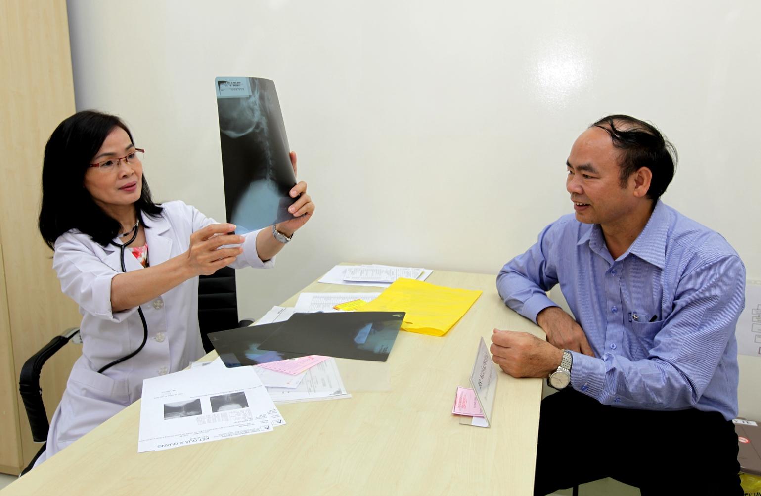 Bác sĩ Ngô Kim Hải (nguyên Phó Chủ nhiệm Khoa Nội tiết - Đái tháo đường Bệnh viện Nguyễn Trãi Tp.HCM) khám và tư vấn miễn phí về bệnh đái tháo đường cho khách hàng tại chương trình