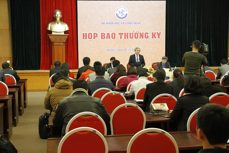 Quang cảnh buổi họp báo thường kỳ đầu tiên của Bộ KH&CN
