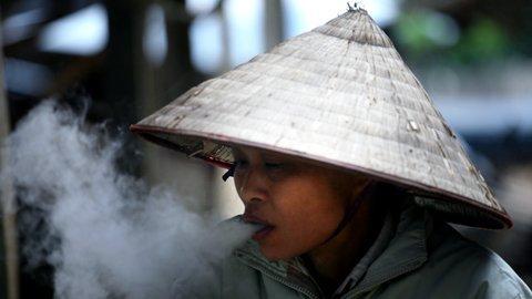 Bà Bùi Thị Ủn, người có thâm niên hút thuốc lào hơn 50 năm nay phân trần: