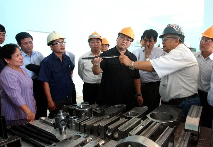 Phó Thủ tướng Hoàng Trung Hải thăm nhà máy