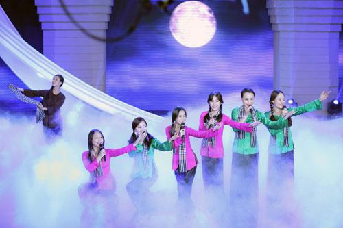 Bên cạnh giọng hát của Phương Mỹ Chi, Giai điệu tự hào tháng 5 còn có sự góp mắt của nhiều ca sĩ nổi tiếng