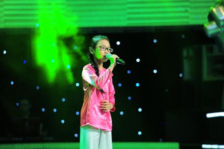 Phương Mỹ Chi luôn xuất hiện với hình ảnh trong chiếc áo bà bà và hát những ca khúc dân ca