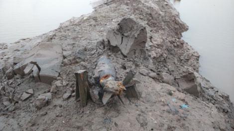 Qủa bom khủng trồi lên trong quá trình công nhân nạo vét bùn đất