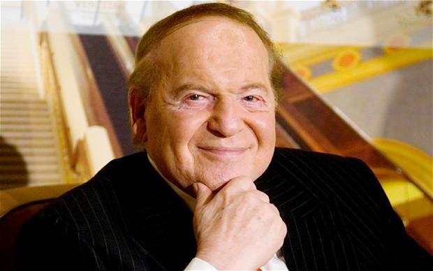Sinh ra là một tài xế taxi, từng trải qua những ngày phải ngủ sàn nhà và phải bỏ học giữa chừng, cậu bé bán báo Sheldon Adelson nay là ông chủ Las Vegas Sands, công ty casino lớn nhất thế giới. Ông hiện cũng là nhà tài trợ chính trị có tiếng nhất tại Mỹ.