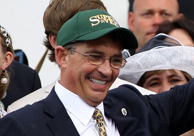 Kenny Troutt, nhà sáng lập Excel Communications với khối tài sản 1,5 tỷ USD tính đến năm 2014 từng phải đi bán bảo hiểm nhân thọ để chi trả học phí đại học. Năm 1988, ông bắt đầu sáng lập công ty điện thoại Excel Communications. Vài năm sau, ông sát nhập công ty mình với Teleglobe sau một thoả thuận trị giá 3,5 tỷ USD.  Hiện nay ông đã nghỉ hưu và đầu tư nhiều vào đua ngựa.