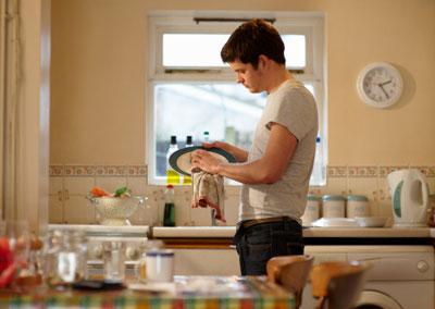 Làm việc nhà như một món quà tặng mẹ 20/10 là điều đơn giản nhưng vô cùng ý nghĩa