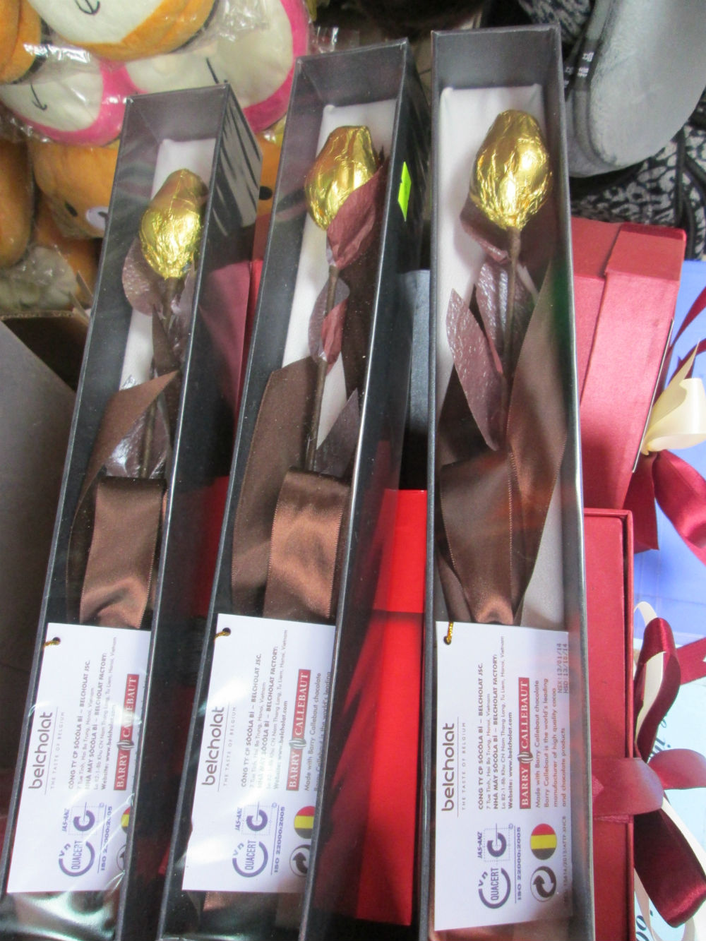 Chocola sản xuất tại Việt Nam hình bông hồng vàng, sản phẩm duy nhất của doanh nghiệp tại Việt Nam mà PV bắt gặp được. Sản phẩm này có địa chỉ sản xuất, thành phần và cam kết chất lượng rõ ràng. Đây là sản phẩm tin cậy mà người bán quảng bá nhiều cho người mua