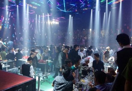 Gần 300 khách nhốn nháo khi cảnh sát ập vào kiểm tra quán bar