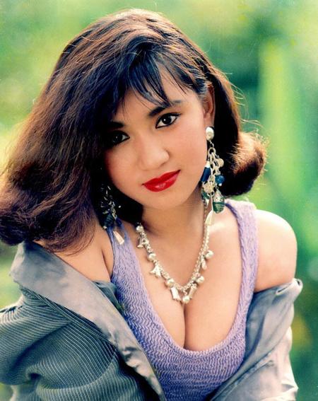 Y Phụng là biểu tượng sexy một thời của điện ảnh Việt. Vào những năm 1990, khi mà các diễn viên đều giữ vẻ ngoài kín đáo, đoan trang thì Y Phụng thường xuyên xuất hiện với chiếc áo khoét ngực sâu, khoe vòng một.