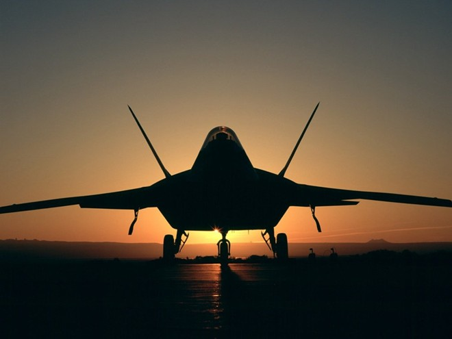 Tuy nhiên, F-22 không phải mẫu máy bay thực sự hoàn hảo như người ta vẫn tung hô. Chúng rơi liên tục trước và sau khi góp mặt trong biên chế Không quân Mỹ. Một mẫu F-22 thử nghiệm rơi năm 1992 trước khi chiếc F-22 thật đầu tiên rơi năm 2004. Lầu Năm góc mất tiếp 3 chiếc F-22 trong năm 2009, 2010 và 2012 nhưng chỉ xác định được nguyên nhân của một trong 3 vụ tai nạn.