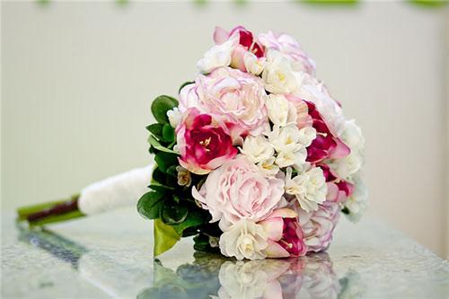 Quà tặng giáng sinh cho bạn gái mới quen là một đóa hoa tươi sẽ giúp thổ lộ tấm lòng của chàng trai đối với cô gái