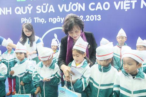 Bà Nguyễn Thị Kim Ngân - Ủy viên Bộ chính trị, Phó chủ tịch Quốc hội trao tặng sữa cho trẻ em nghèo tỉnh Phú Thọ