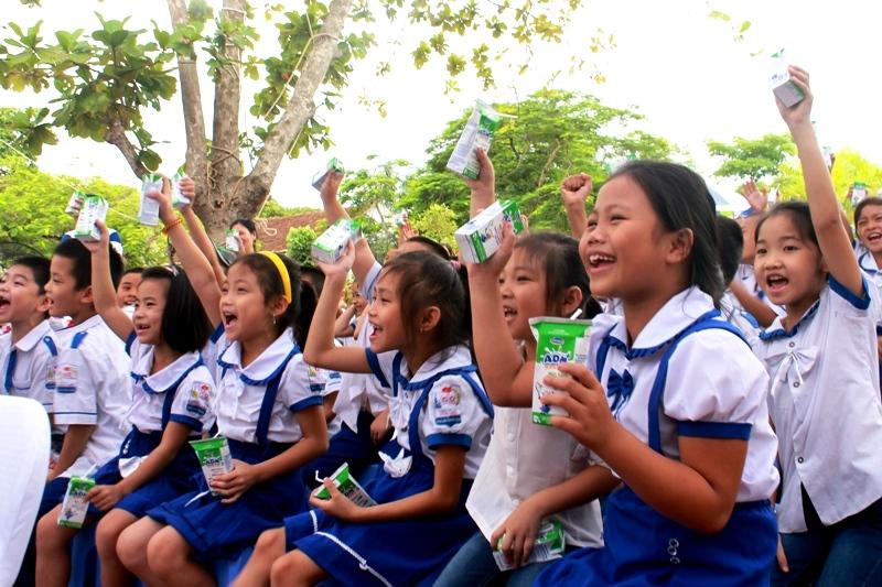 Niềm vui uống sữa của trẻ em huyện đảo Cô Tô, Quảng Ninh
