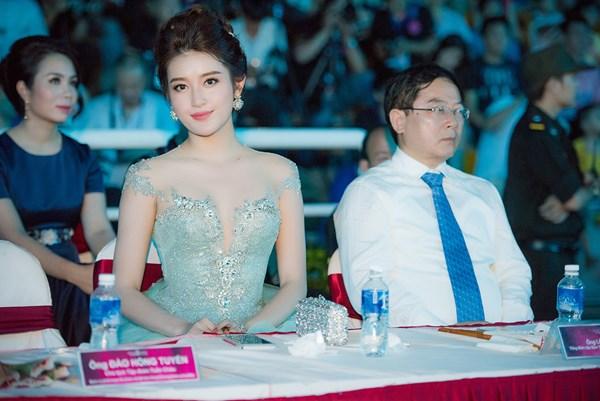 Á hậu Việt Nam 2012 Huyền My cũng xuất hiện đầy xinh đẹp trong đêm chung khảo.