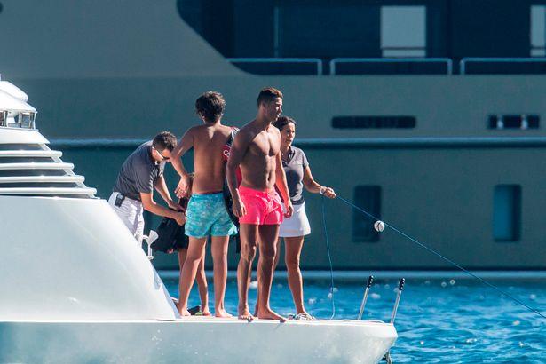 Sau khi vui chơi trên du thuyền, cả nhà Ronaldo đã đi tàu cao tốc ghé vào một gành đá trên đảo để thưởng ngoạn, ăn uống.
