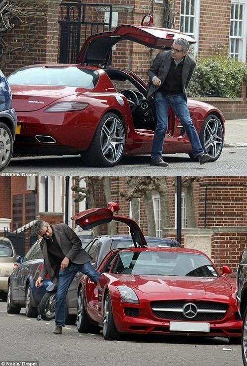 Rowan Atkinson có niềm đam mê bất tận đối với các siêu xe. Ông có bộ sưu tập xe hơi triệu đô với hàng loạt các nhãn hiệu danh tiếng, trong đó có chiếc lên tới 22 tỷ đồng. Trên truyền thông còn lưu truyền một câu chuyện về việc Mr Bean đam mê dành cho xe hơi lớn đến nỗi trong một lần quay quảng cáo cho Barclay và được yêu cầu nhìn đắm đuối một cô gái nhưng đạo diễn chưa thấy hài lòng. Bà xã Sastry đứng cạnh nói với Rowan hãy tưởng tượng cô gái là chiếc Aston Martin ở nhà. Kết quả nam diễn viên đã hoàn thành xuất sắc yêu cầu của đạo diễn
