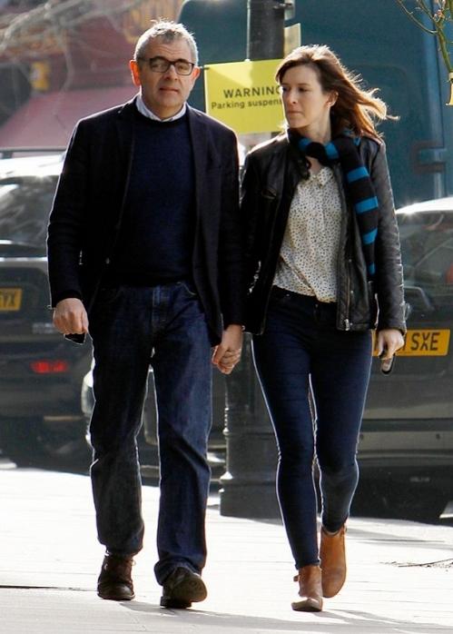 Sau 24 năm chung sống, Rowan Atkinson ly hôn vợ và tìm hạnh phúc mới bên nữ diễn viên hài Louise Ford - người kém ông 28 tuổi. Cả hai quen nhau khi hợp tác chung trong vở kịch West End là Quartermaine's Terms năm 2013.
