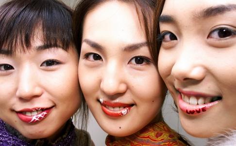Dự báo kinh tế và màu son môi phụ nữ có tương quan chặt chẽ