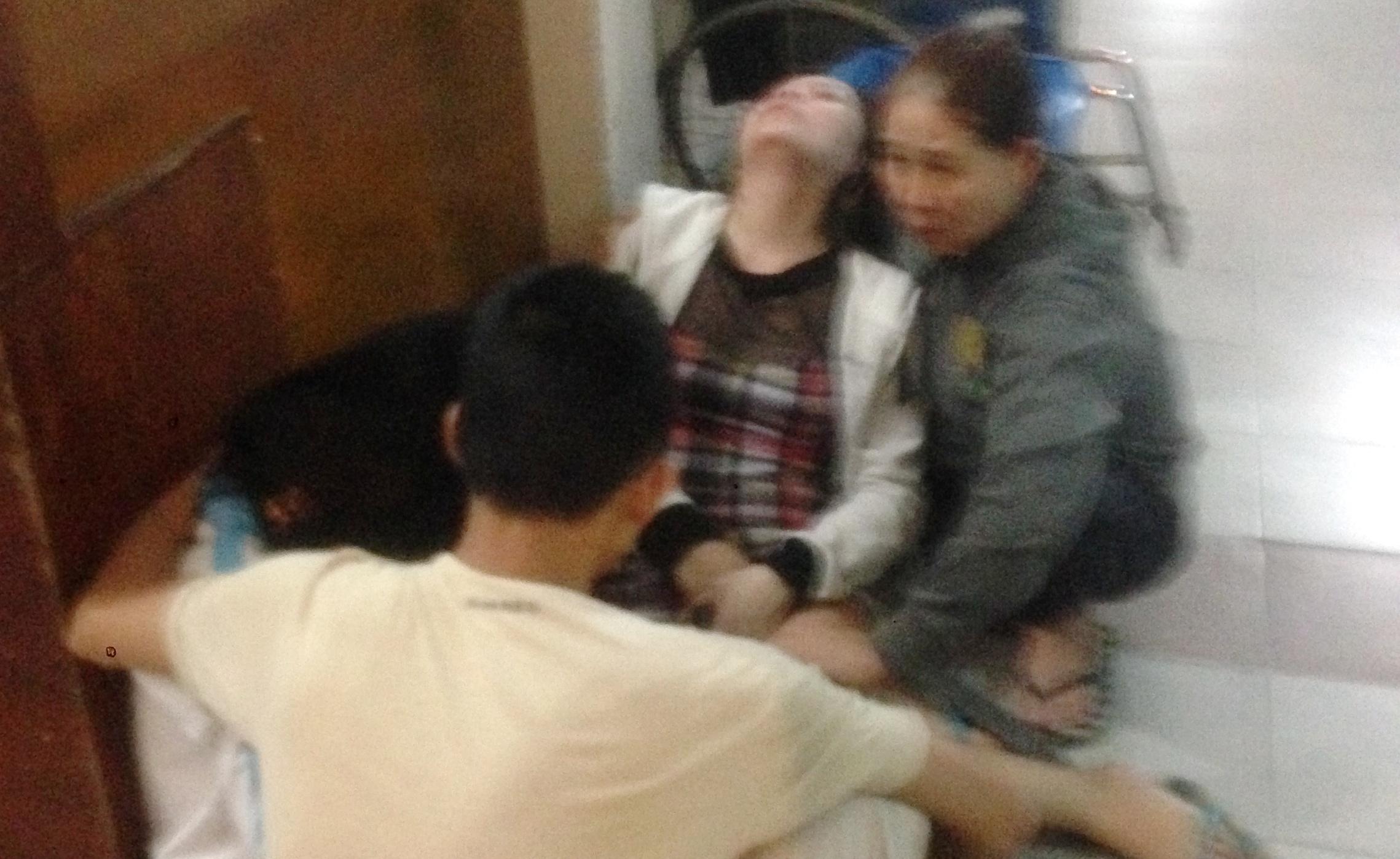 Dù được các bác sĩ nỗ lực cứu chữa nhưng cháu bé không qua khỏi vì chấn thương quá nặng.
