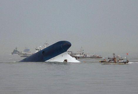 Chiếc phà Sewol đã gần chìm hẳn.