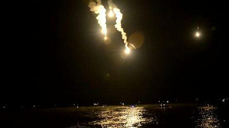 Lực lượng cứu hộ bắn pháo sáng vào đêm qua để hỗ trợ cuộc tìm kiếm.
