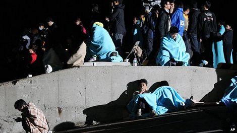 Người thân thức trắng đêm để chờ đợi thông tin tại cảng Jindo.