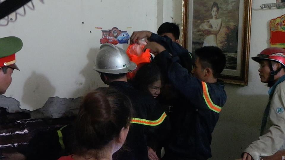 Lực lượng cứu hộ phá cửa giải cứu người phụ nữ