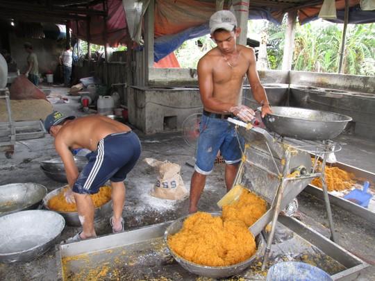 Chủ cơ sở sản xuất thực phẩm bẩn này tiết lộ, cách làm ruốc bẩn rất đơn giản, chỉ cần thịt gà giá rẻ, bột mì và phụ gia Trung Quốc
