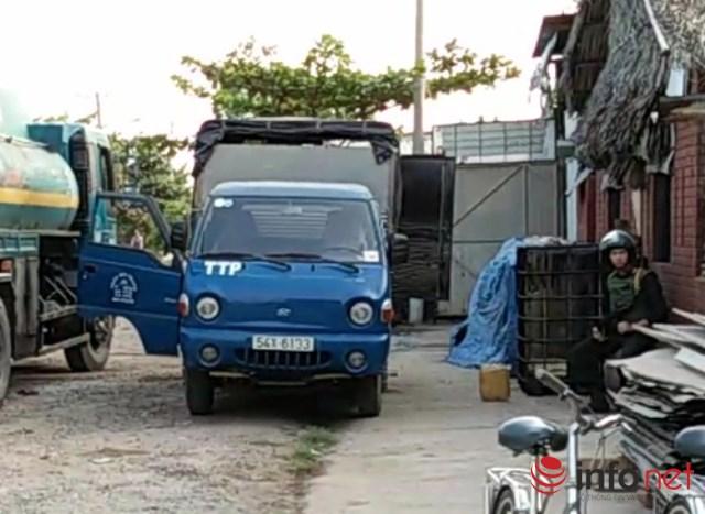 Xe tải nhỏ dùng để chở can xăng dầu rút trộm từ xe bồn