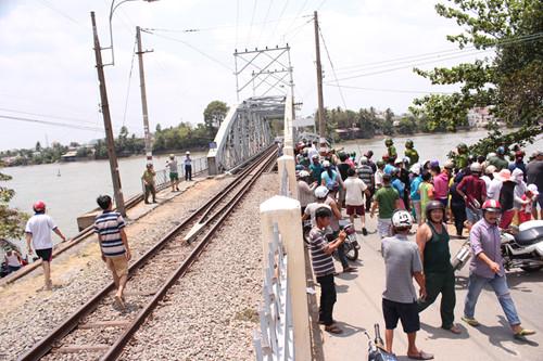 Rất đông người dân kéo đến hiện trường vụ sập cầu Ghềnh.