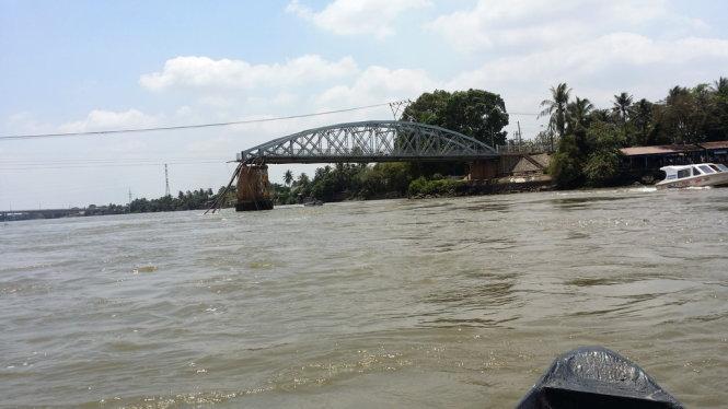 Nhịp giữa cầu Ghềnh đã rớt xuống sông sau tai nạn sập cầu ở Đồng Nai