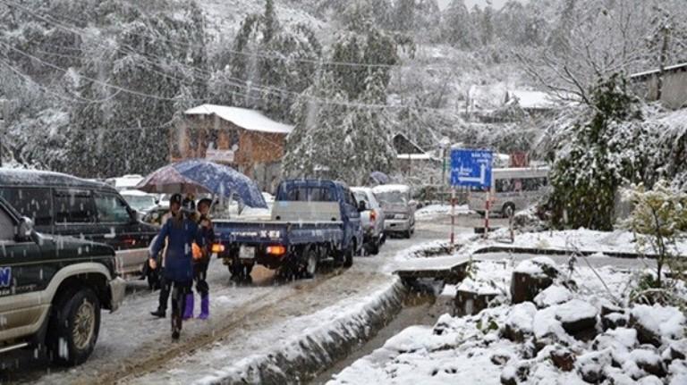 Các phương tiện tham gia trong thời tiết băng tuyết hết sức cẩn trọng
