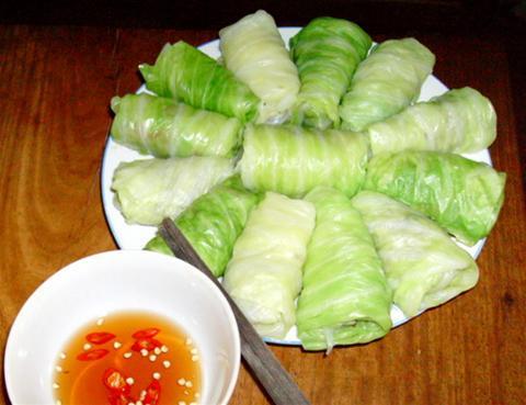 Người bị táo bón, dạ dày thường mắc sai lầm ăn uống khi ăn bắp cải sống hoặc muối chua