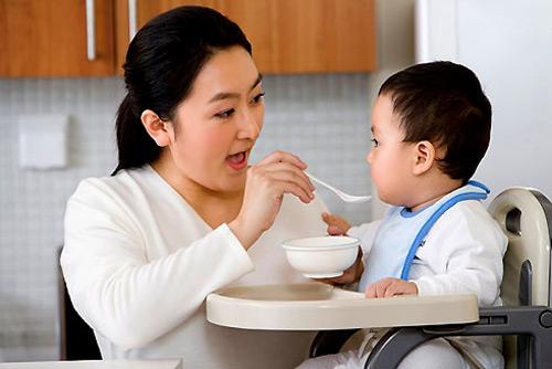 Nguy cơ tiểu đường, béo phì khi cho trẻ sơ sinh ăn dặm sớm