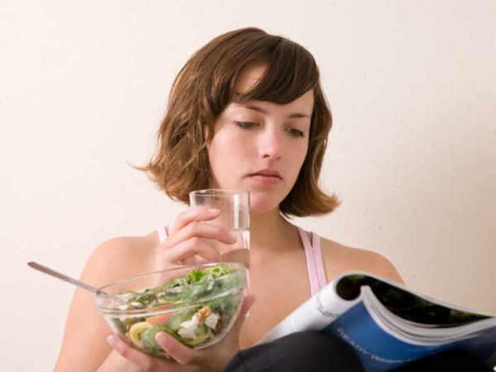 Quan niệm uống nước trong lúc ăn là một mối nguy hiểm.Hệ tiêu hóa sẽ bị 'đe dọa', nhất là hoạt động của dạ dày nếu có thói quen uống nước trong lúc ăn. Vì theo các nhà khoa học, nước sẽ pha loãng các dịch vị được tiết ra để tiêu hóa thức ăn. Đồng thời làm tăng lượng insulin trong cơ thể và tích tụ chất béo.