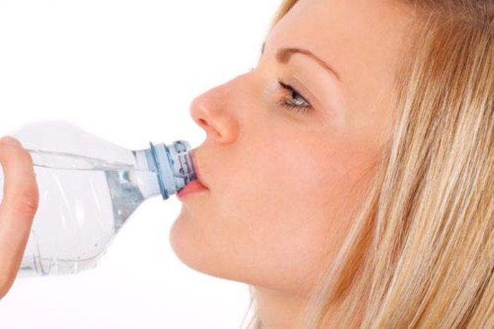 Thường xuyên uống nước trong chai nhựa gây nguy hiểm cho cơ thể vì chai nhựa được làm từ polyester có thể gây hại cho cơ thể khi gặp nhiệt độ cao nếu như chúng không được sản xuất đúng theo quy chuẩn.
