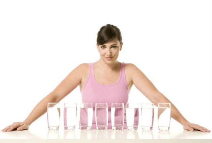 Uống 8 ly nước mỗi ngày không phải Tiêu chuẩn với tất cả mọi người, lượng nước cần thiết đối với mỗi người khác nhau. Lượng nước cơ thể cơ thể cần phụ thuộc vào kích thước và trọng lượng của người đó
