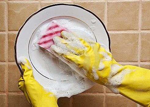 Đeo găng tay là cách rửa bát đúng cách tránh hóa chất trong nước rửa bát xâm nhập vào cơ thể