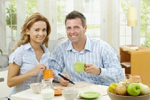 Sai lầm trong ăn uống thường gặp là ăn sáng vội vàng, vừa ăn vừa uống